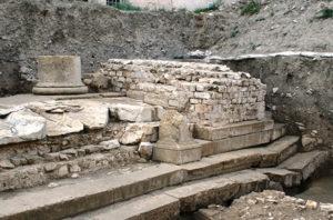 Fig. 4. Vue du massif 343 entre les colonnes du portique ouest du forum de Vaison-la-Romaine (cliché SADV J.M. Mignon)